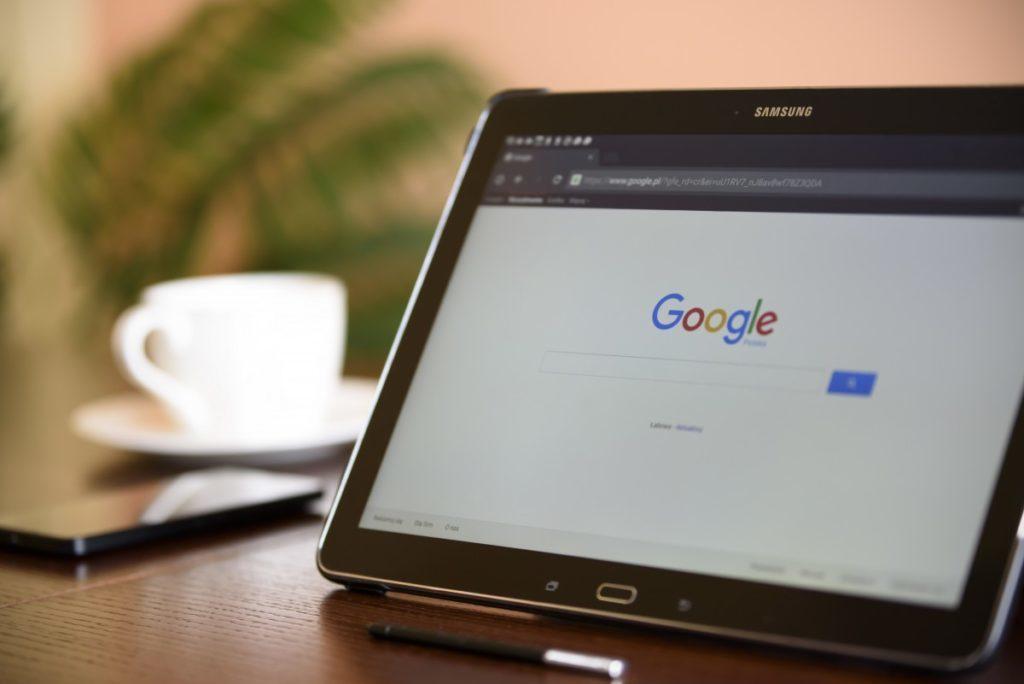 internet_search_engine_tablet_google_desk